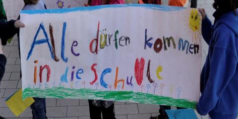"""Selbstgemaltes Banner der Bärenklasse: """"Alle dürfen kommen in die Schule"""""""
